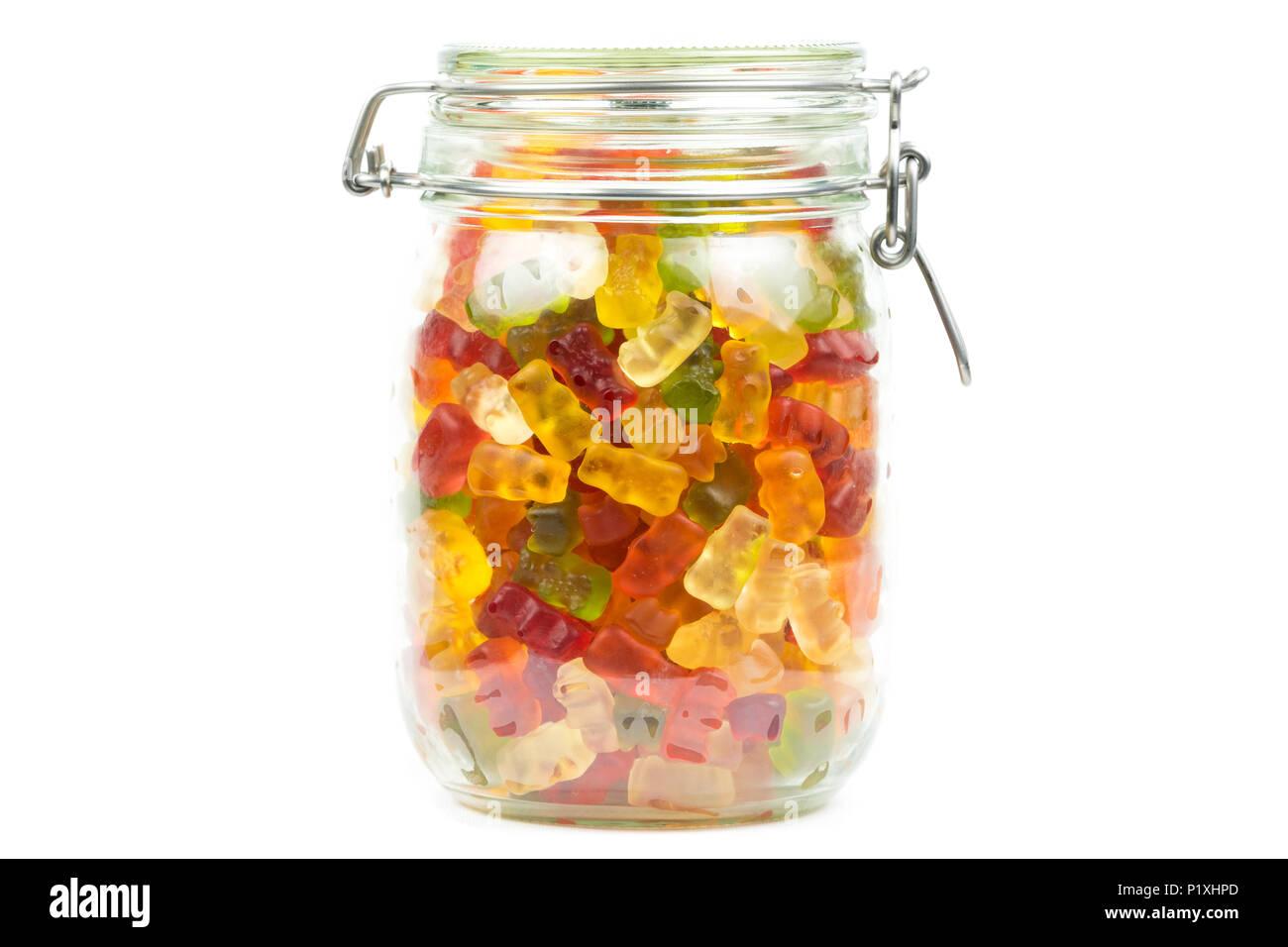 Ours gommeux colorés / jelly baby candy bonbons dans un bocal de verre sur un fond blanc Banque D'Images