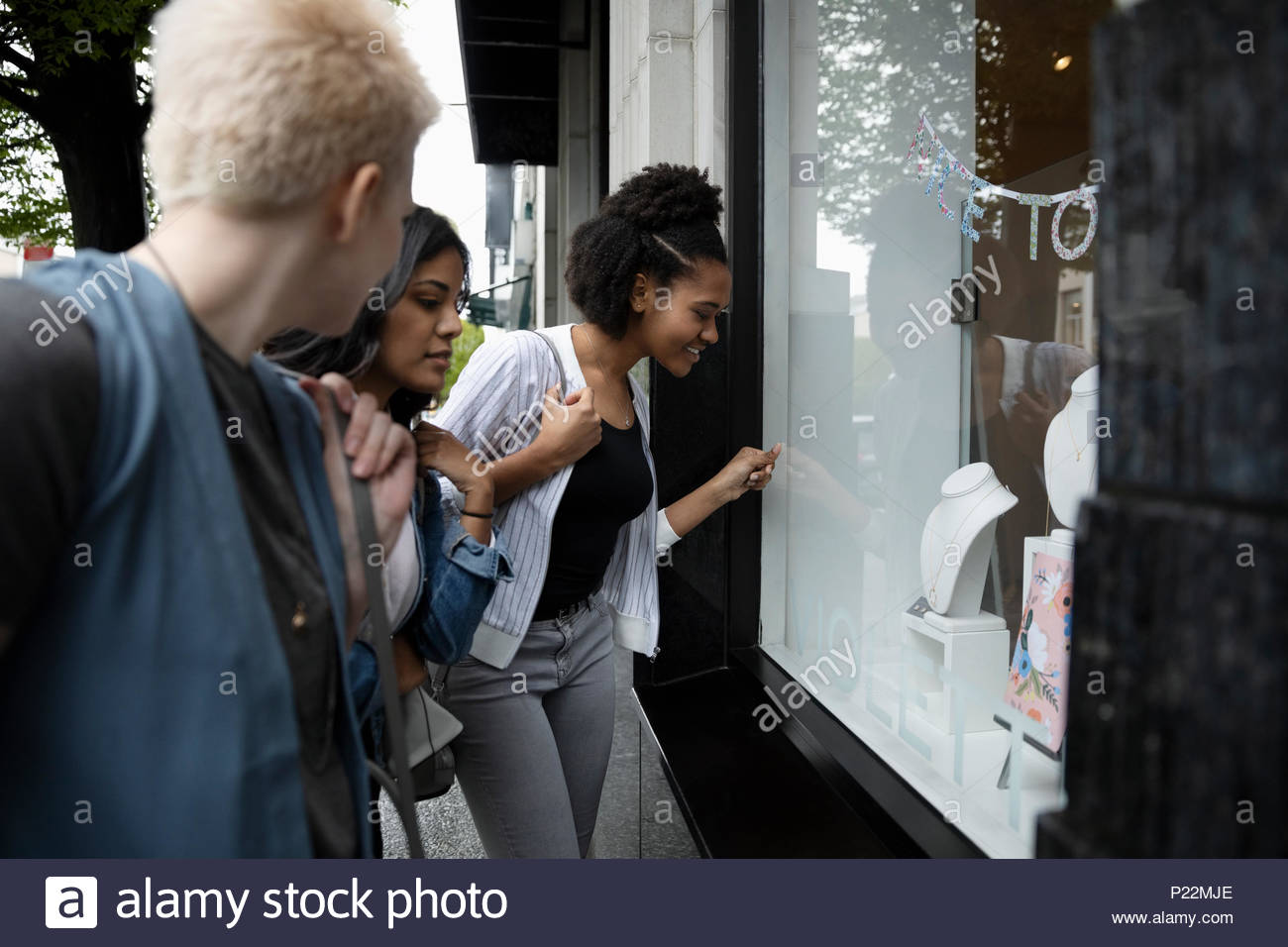 Les jeunes femmes window shopping Photo Stock