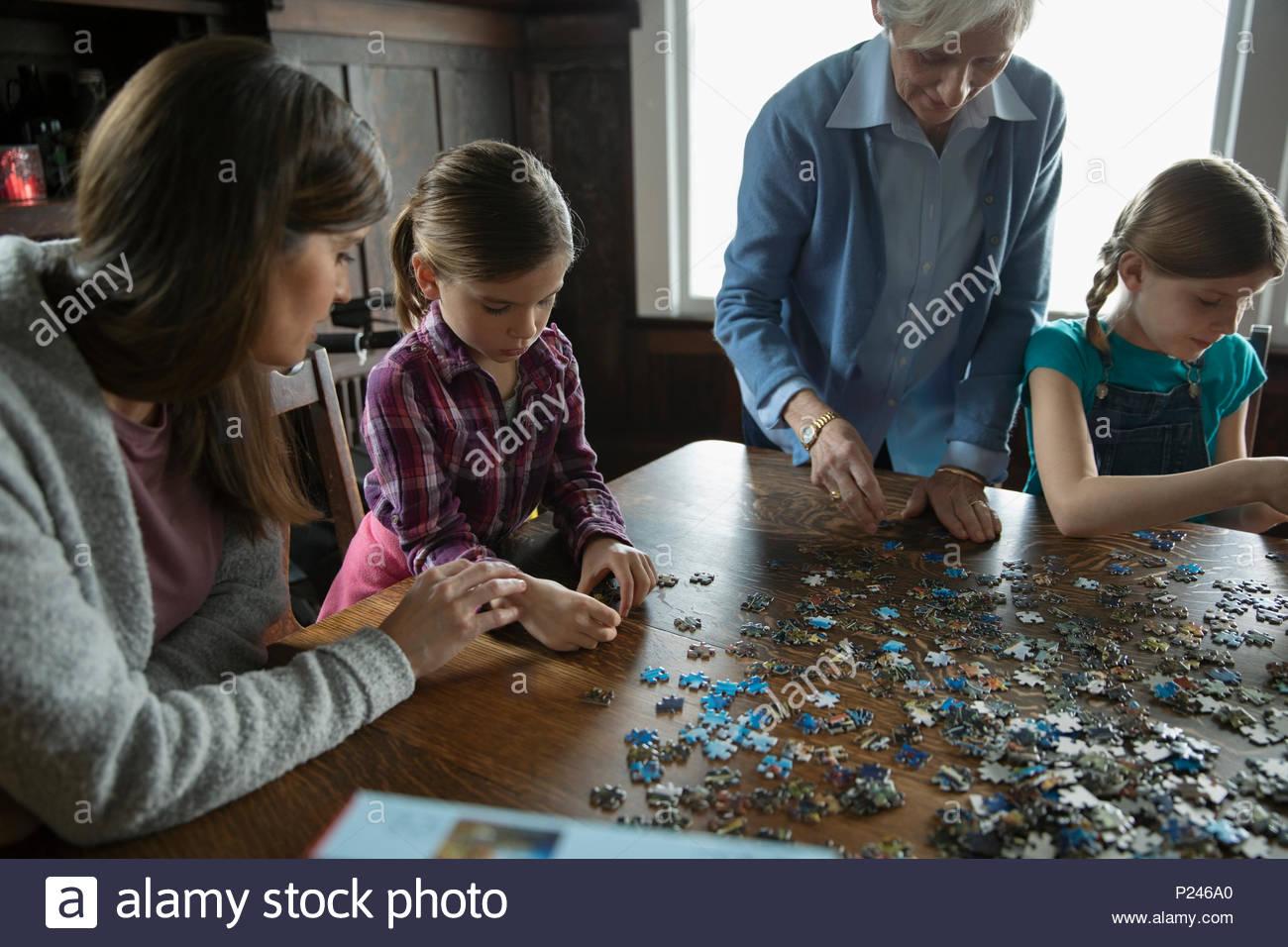 Les femmes sur plusieurs générations l'assemblage Jigsaw Puzzle Banque D'Images