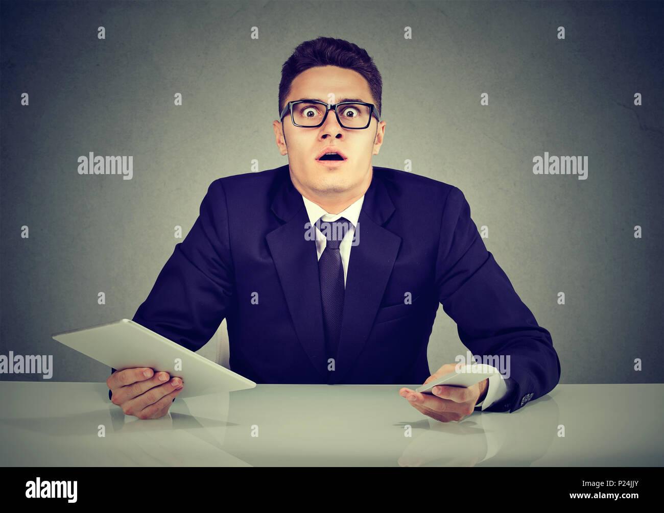 Occupé à confondre avec le smartphone et l'employé tablet computer Photo Stock