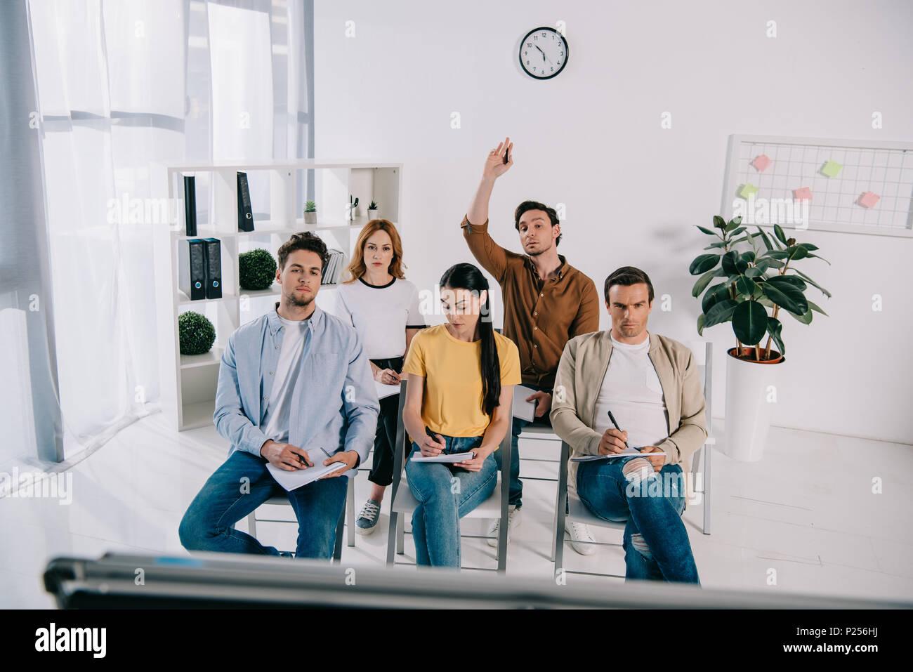 Groupe de gens d'affaires dans des vêtements décontractés avec les ordinateurs portables ayant une formation en affaires in office Photo Stock