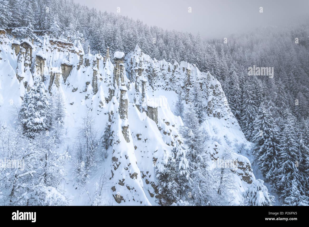 Perca/Percha, province de Bolzano, le Tyrol du Sud, Italie, Europe. L'hiver à la terre Pyramides Photo Stock
