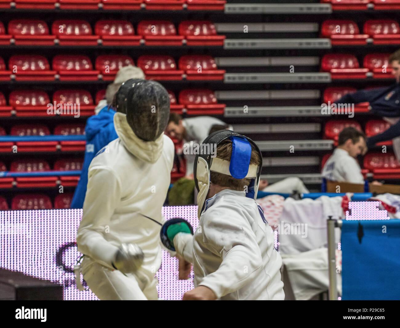 Phase d'attaque par un concurrent dans un tournoi d'escrime hommes Banque D'Images