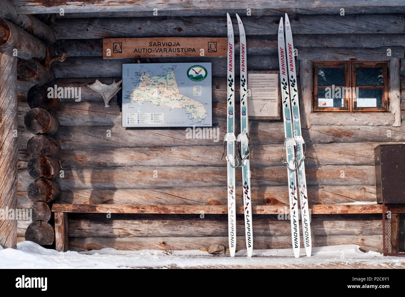 Deux paires de skis nordiques finlandais Metsasukset, soi-disant, appuyé contre le bois de la hutte, Kekkone Sarvioja Urho Photo Stock
