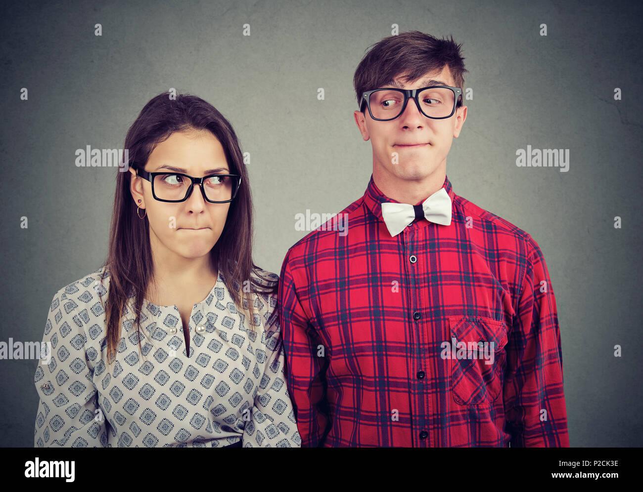 Jeune homme et femme sur la sensation d'être maladroite en date situation embarrassée Photo Stock