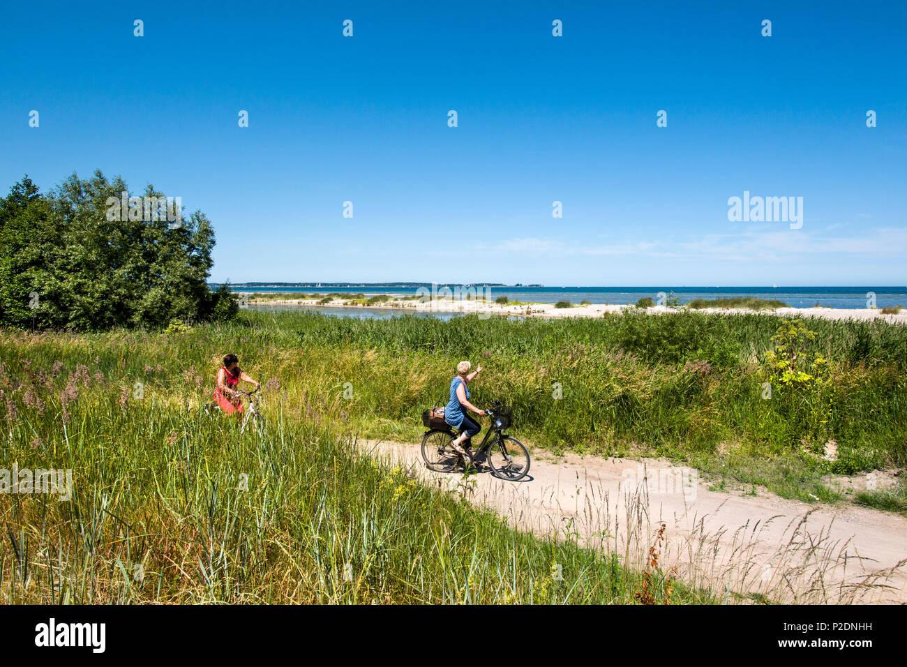Piste cyclable le long du fjord de Kiel, côte de la mer Baltique, Schleswig-Holstein, Allemagne Photo Stock