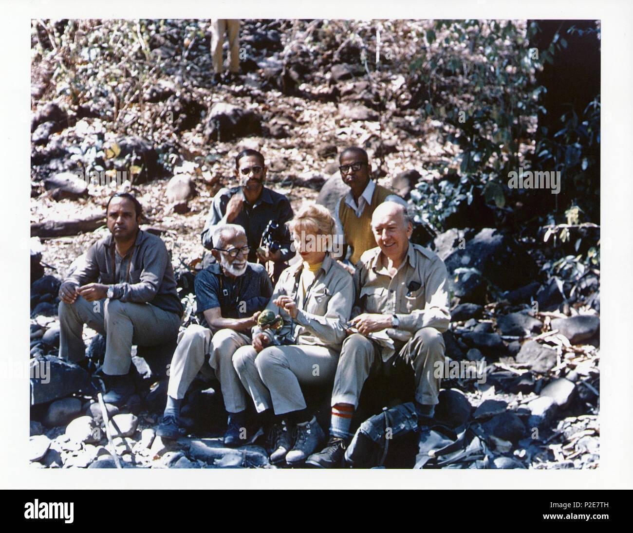 . En 1976 S. Dillon Ripley (1913-2001), ornithologue et huitième Smithsonian Secrétaire a fait un voyage en Inde afin de mener des recherches avec Salim Ali pour leur Guide des oiseaux de l'Inde et le Pakistan. De gauche à droite en première rangée: une personne non identifiée, Salim Ali (1896-1987), Ripley's épouse Mary Livingston Ripley (d. 1996), et Ripley s'asseoir sur une colline en Inde. De gauche à droite dans la rangée arrière: un homme tenant des jumelles, et M. P.B. Shekar, un spécialiste des collections de temps la Bombay Natural History Society, et un camp régulier membre de M. Ripley's expeditions en Inde. M. Ali est holding Photo Stock