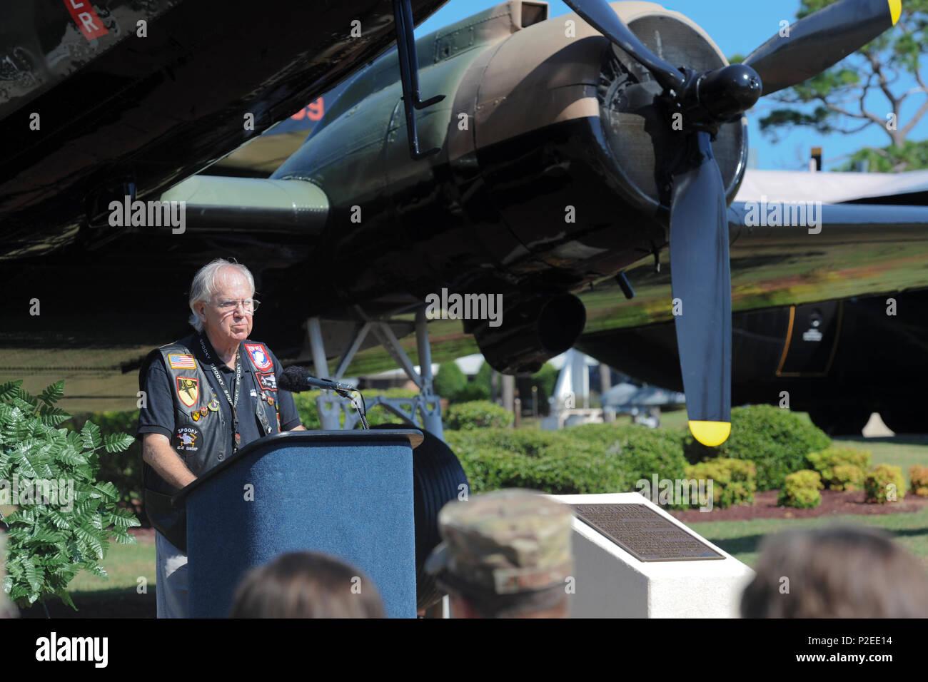 Al Sproul, membre de l'AC-47 Spooky fraternité de combat, prend la parole lors d'une cérémonie d'inauguration de la plaque à l'Hurlburt Field Air Park, Floride, 9 septembre 2016. La première AC-47 Les missions de combat ont eu lieu en décembre 1964 lors de la guerre du Vietnam. En un an, ils ont volé missions dans le Sud Vietnam fournissant la défense locale dans la nuit. Sur des milliers de reprises, empêché les équipes de Spooky positions amies d'être envahi. (U.S. Air Force photo par Airman Dennis Espagne) Photo Stock