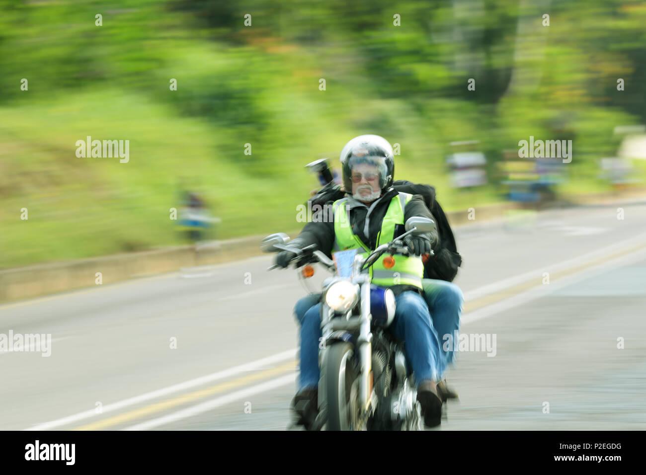 Durban, le KwaZulu-Natal, Afrique du Sud, pilote moto, Vêtements haute visibilité, le transport photographe, 2018 marathon de camarades, flou, les gens Photo Stock