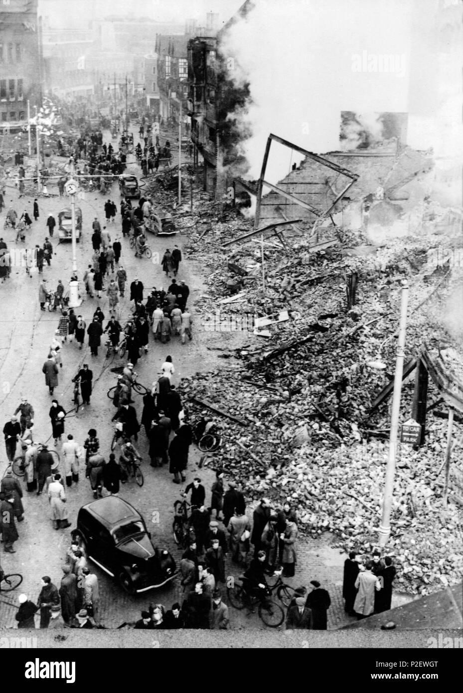 Une rue à Coventry (Angleterre) après un bombardement nazi. Banque D'Images