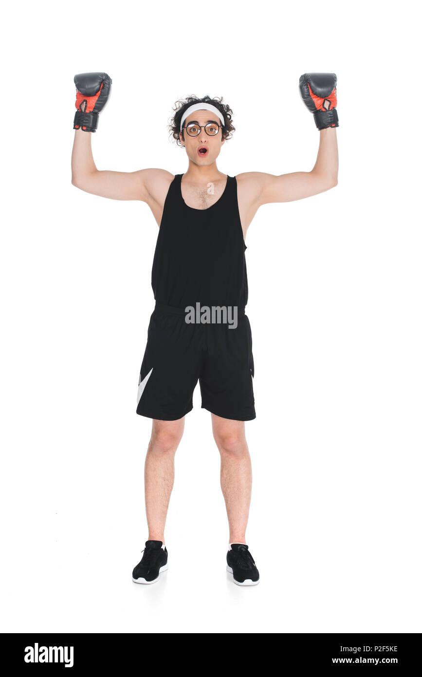 Mince jeune boxer dans les lunettes debout avec les bras blancs isolés onn Photo Stock