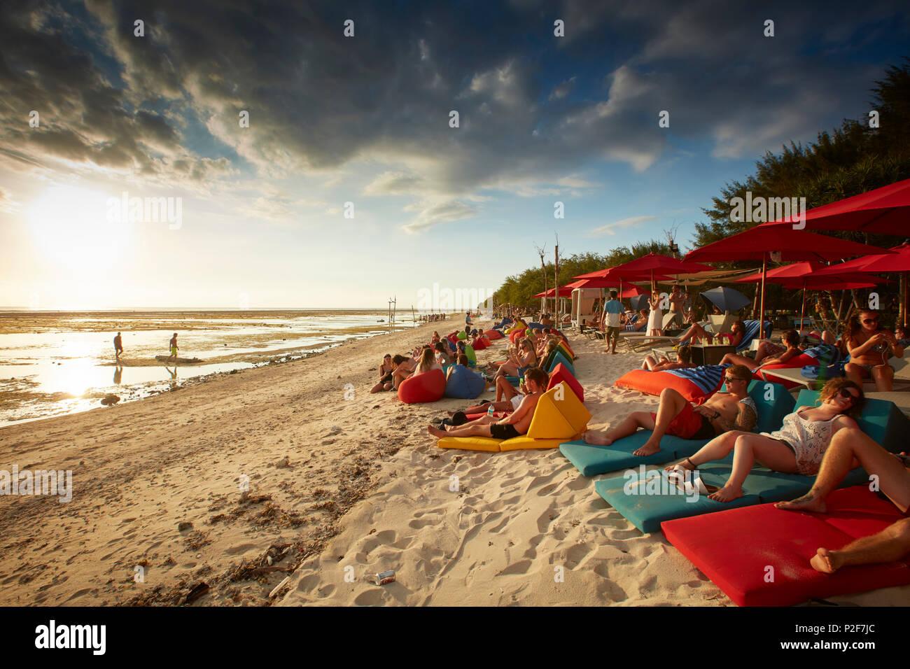 Invités dans un bar de plage, Gili Trawangan, Lombok, Indonésie Photo Stock