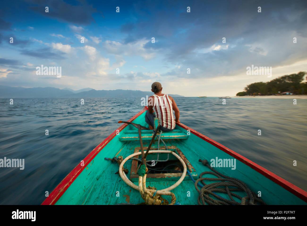 Pêcheur, voyage en bateau entre les îles, Gili Trawangan, Lombok, Indonésie Photo Stock