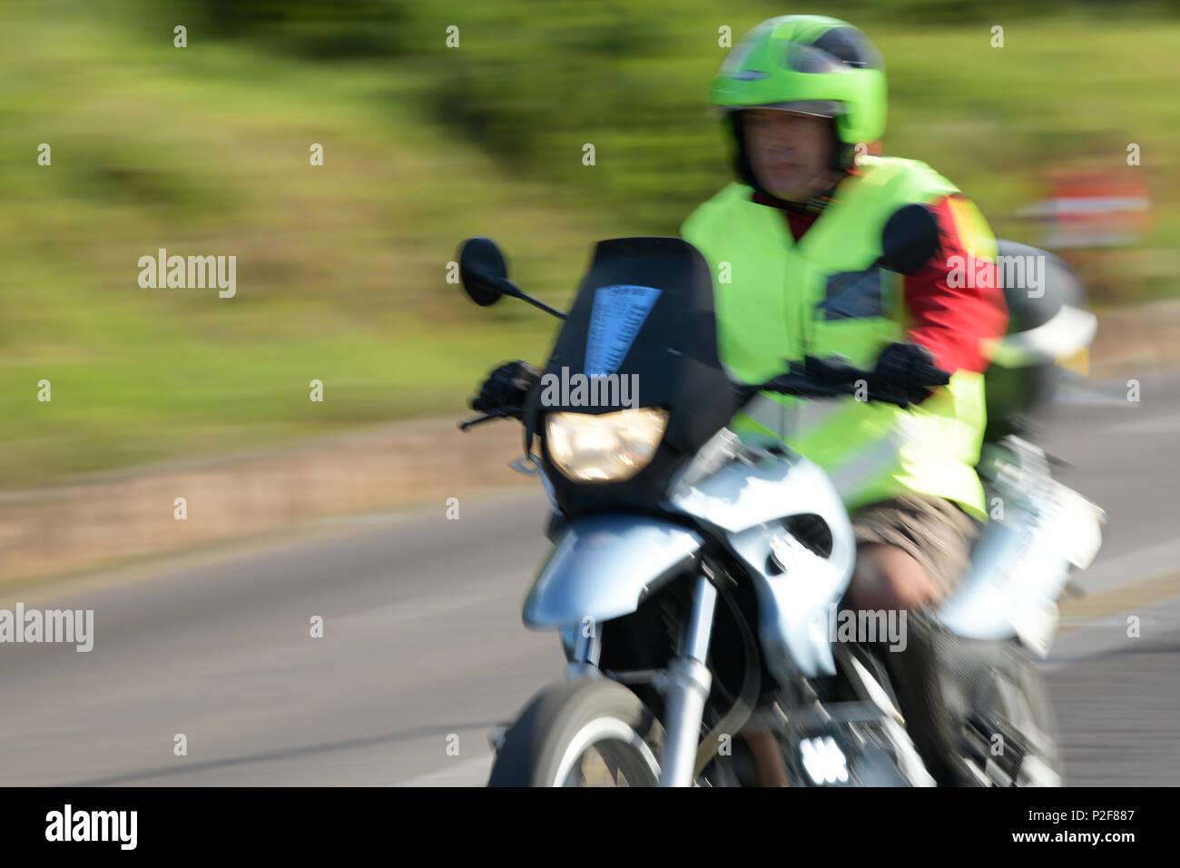 Durban, le KwaZulu-Natal, Afrique du Sud, de l'événement, maréchal, Vêtements haute visibilité, l'exécution de fonctions officielles sur moto, 2018 camarades marathon, blur Photo Stock