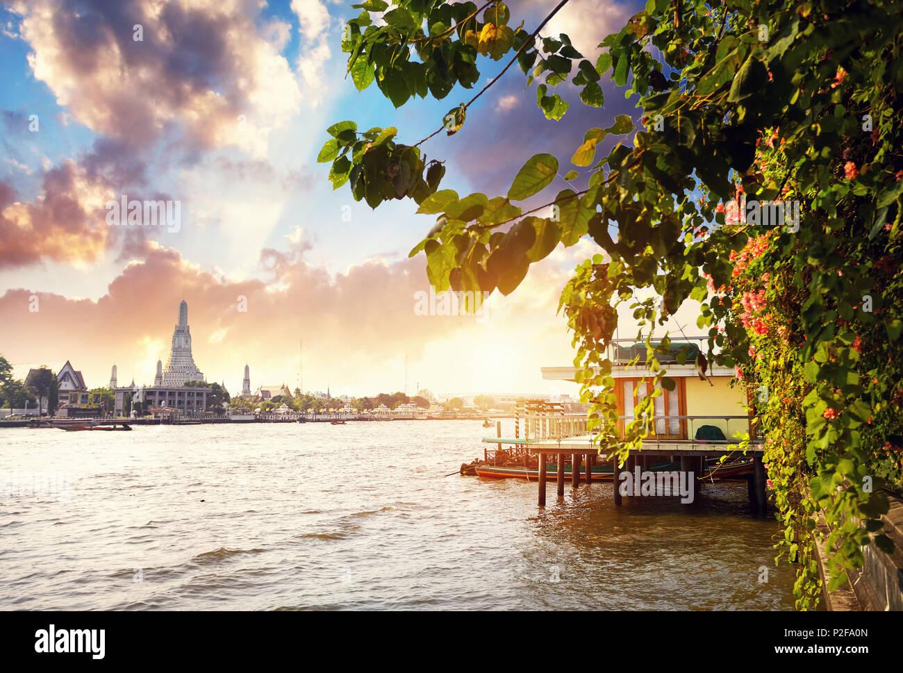 Belle vue sur le Wat Arun et Chao Phraya au coucher du soleil à Bangkok, Thaïlande Photo Stock