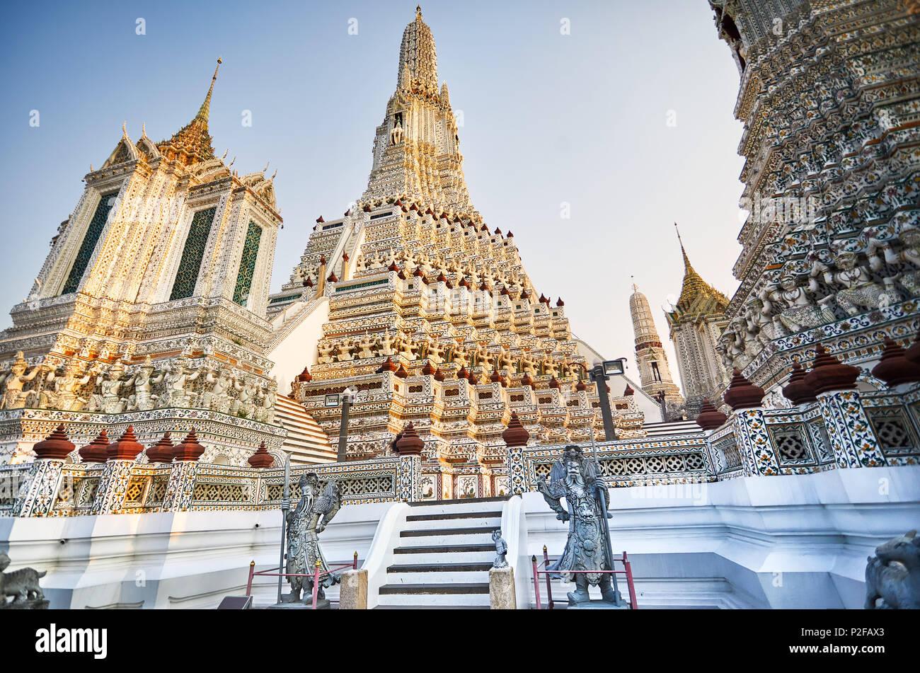 Belle Phrang dans Wat Arun temple au coucher du soleil à Bangkok, Thaïlande. Photo Stock