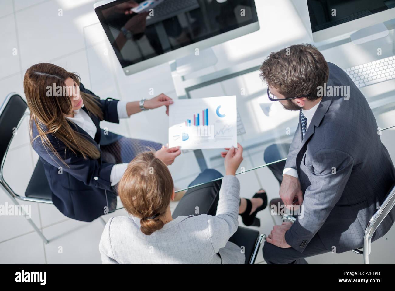 Vue de dessus.business team l'examen des données financières Photo Stock