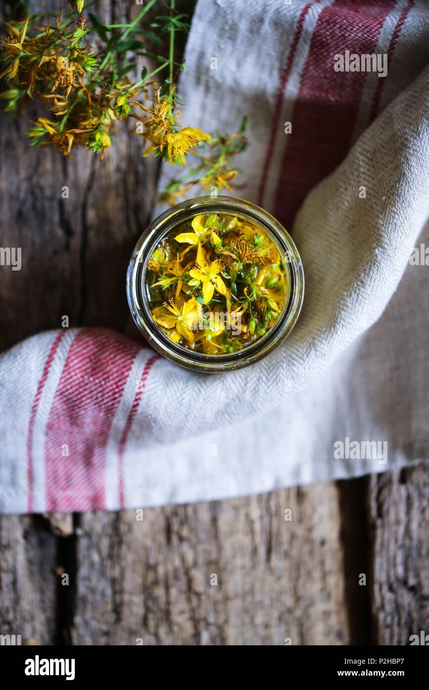 Hypericum fleurs en macération dans l'huile. Photo Stock