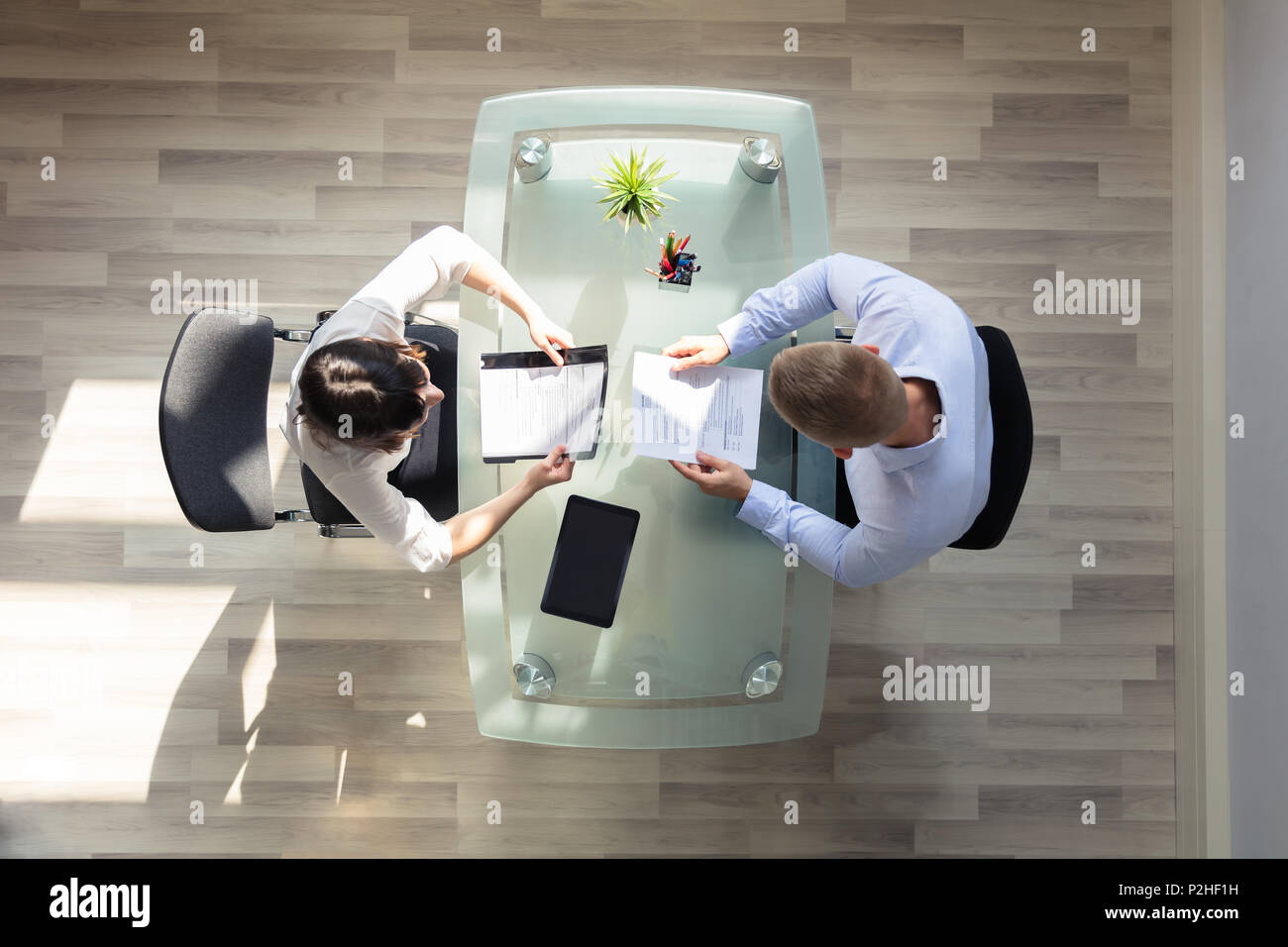 Portrait de deux Businesspeople Holding reprendre plus Desk In Office Photo Stock