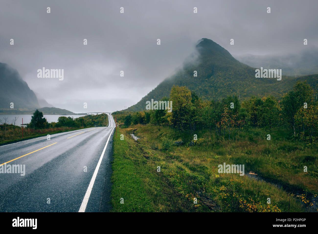 La route panoramique le long de la côte de Norvège sur un jour brumeux et pluvieux Photo Stock
