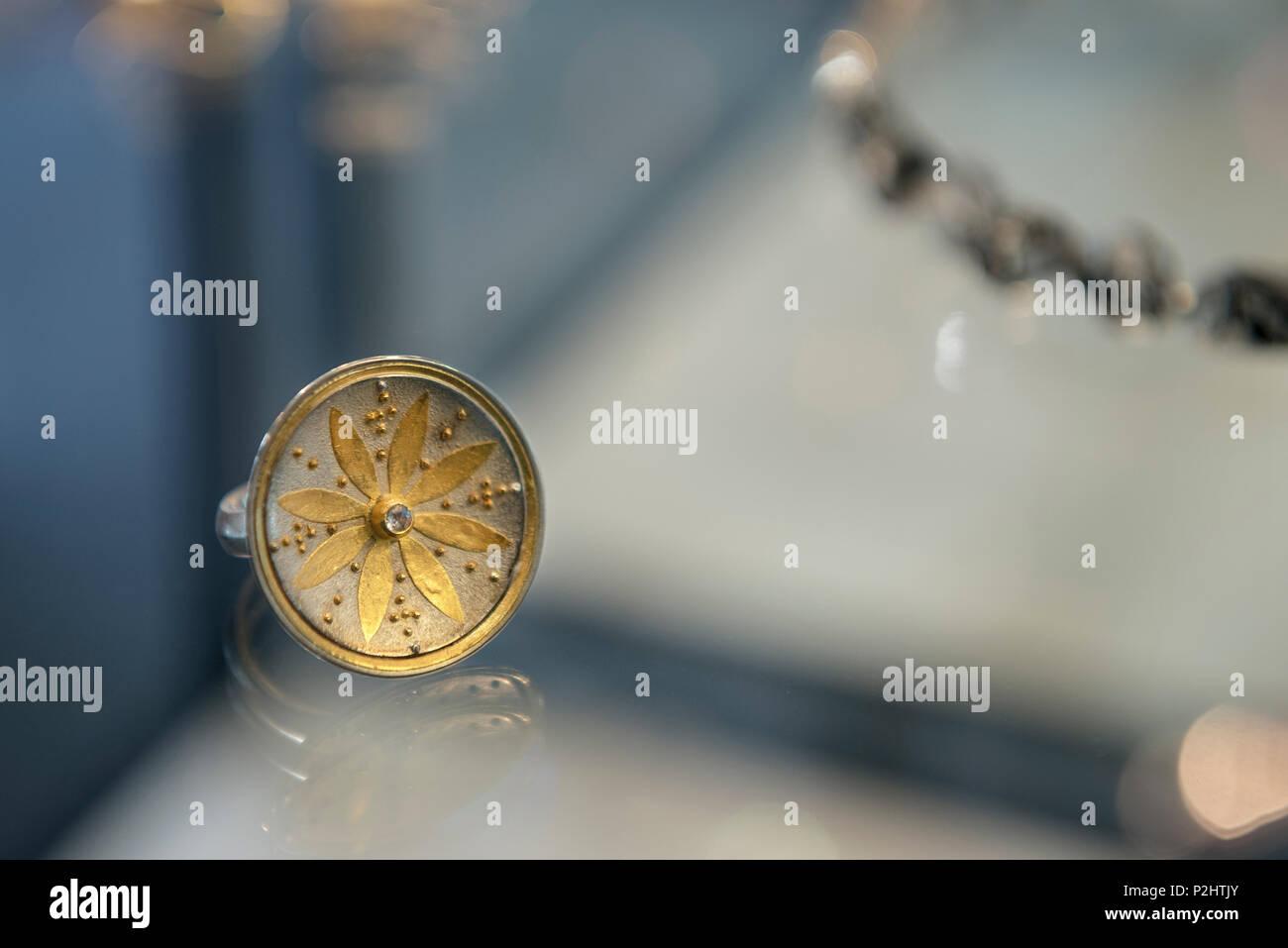Goldsmith en tournant l'or en bijoux, artisanat, Überlingen, le lac de Constance, Bade-Wurtemberg, Allemagne Photo Stock