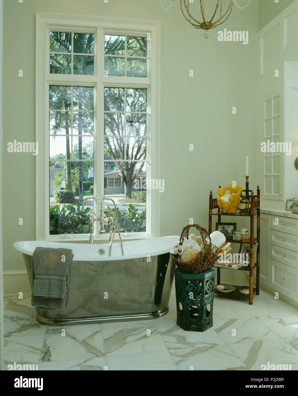 Hauteur au-dessus de la fenêtre chrome baignoire sabot dans une ...