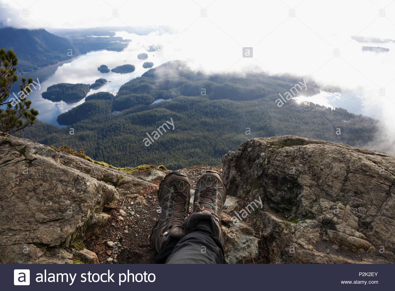 Point de vue personnel hiker resting, bénéficiant d'une vue panoramique Photo Stock