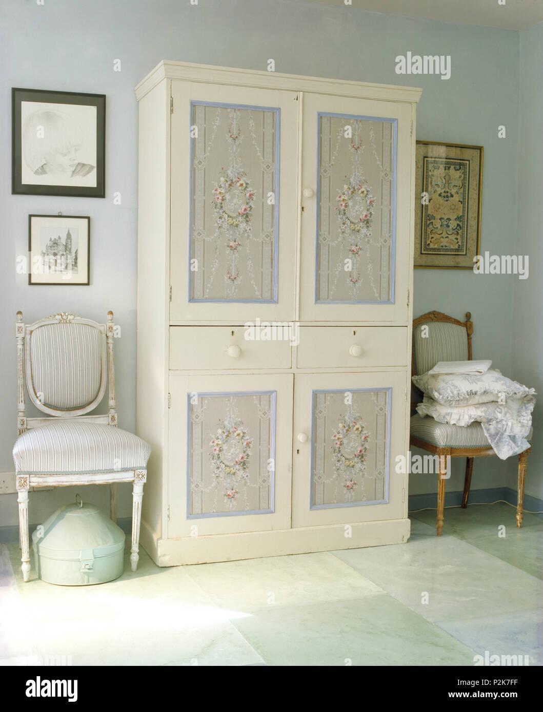 Style De Chaises Anciennes chaises anciennes de chaque côté de l'armoire peinte avec