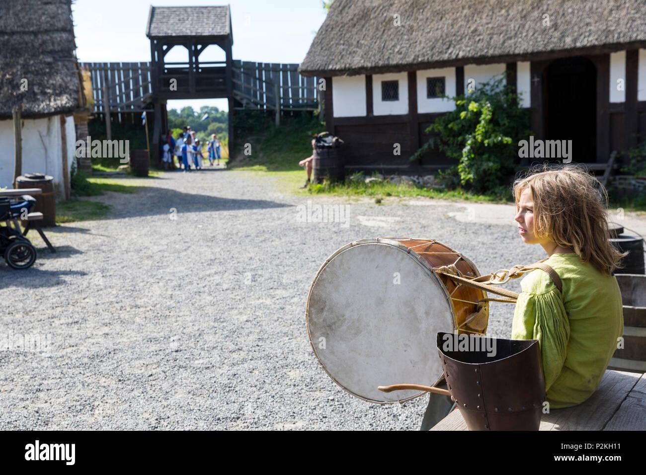 Garçon jouant un tambour, tabour, Centre d'âge moyen, moyen-âge, le village, la mer Baltique, près de Bornholm Gudhjem, Danemark, Europe Photo Stock