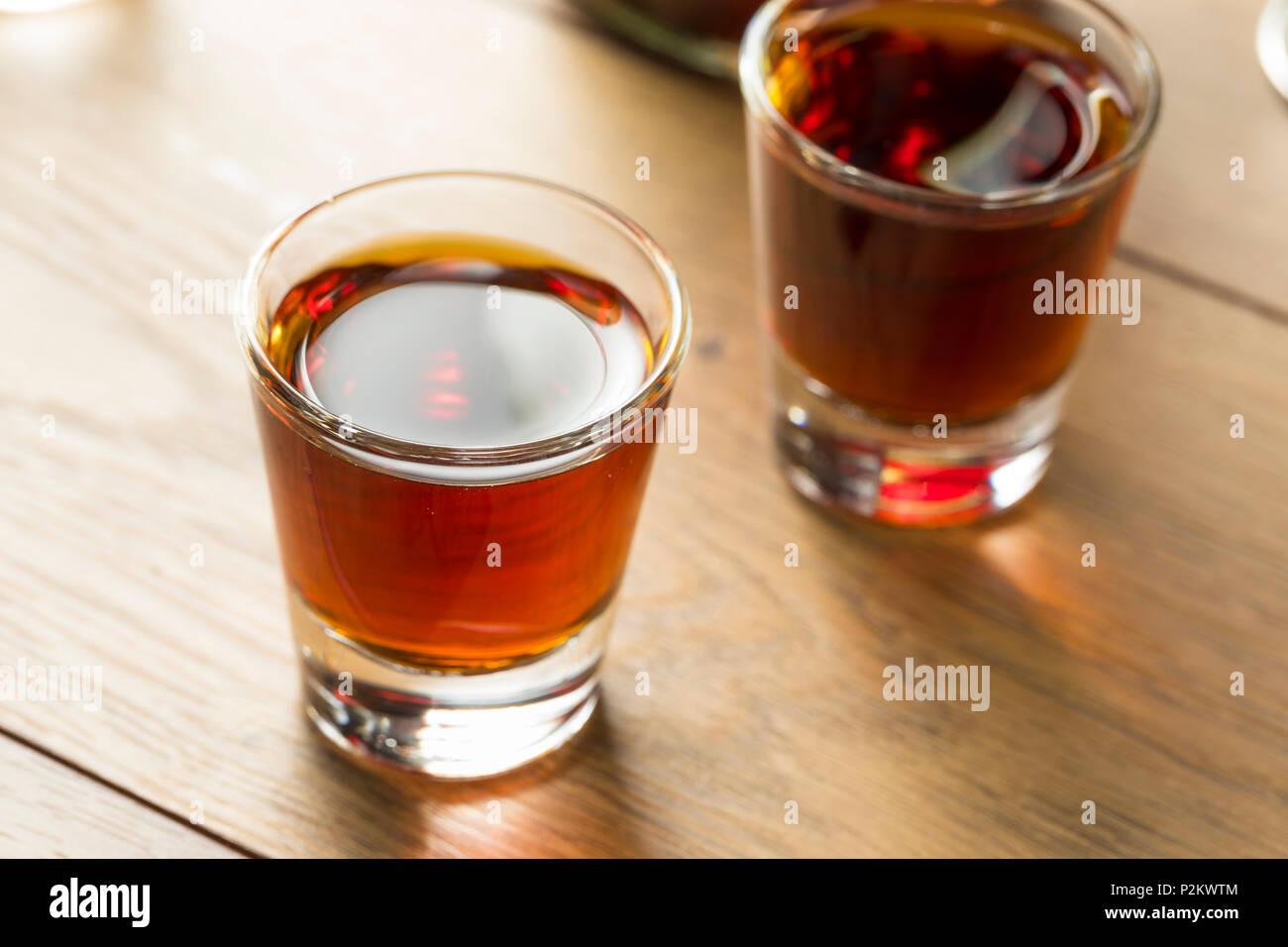 Sloe gin rouge dans un verre de liqueur Banque D'Images