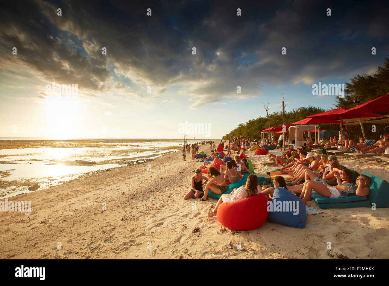 Invités dans un bar de plage, Gili Trawangan, Lombok, Indonésie Photo Stock