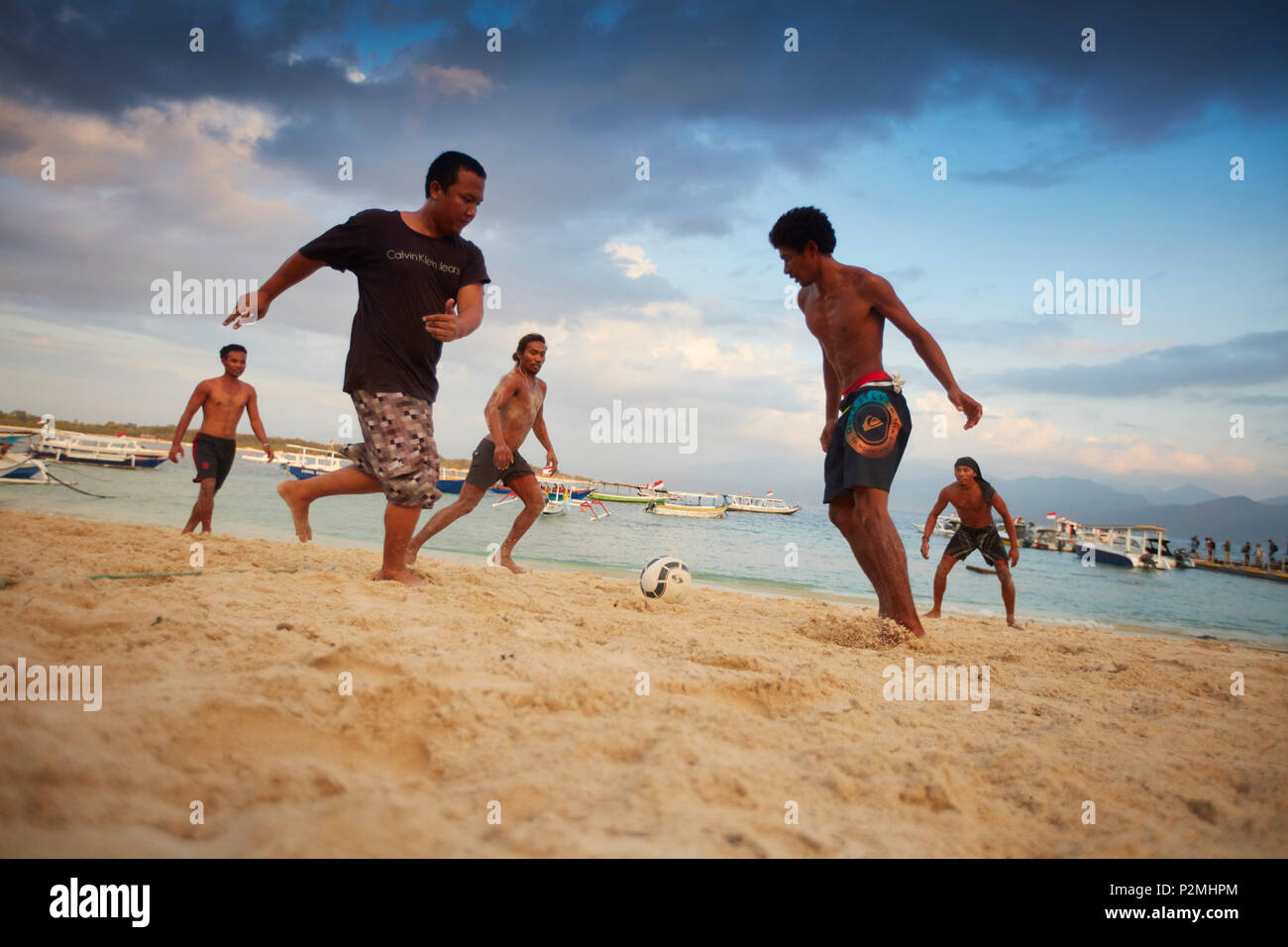 Les jeunes gens jouant au football sur Trawangan plage, Gili Trawangan, Lombok, Indonésie Photo Stock