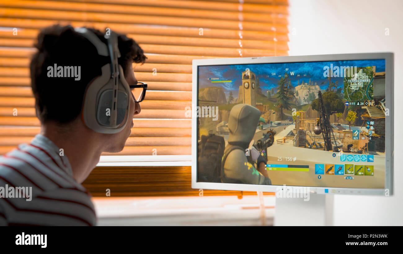 Fortnite Teenager playing video game, Fortnite est un jeu de survie multijoueur développé par Epic Games. Photo Stock