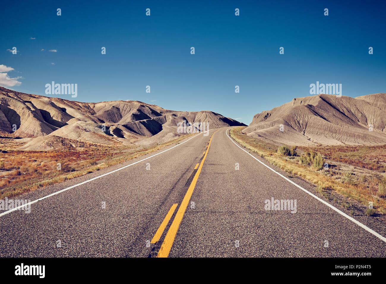 Tons vintage photo d'une route déserte, travel concept, USA. Photo Stock