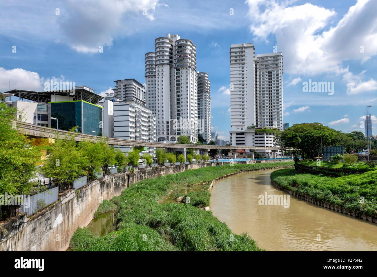 La rivière Gombak wends son chemin dans le centre ville de Kuala Lumpur. Kuala Lumpur, Malaisie Photo Stock