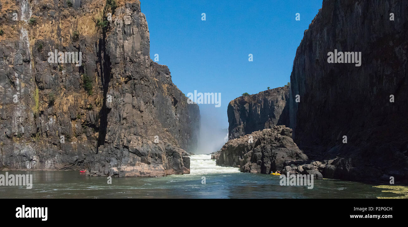 Les touristes rafting au bas de Victoria Falls au Zimbabwe Photo Stock