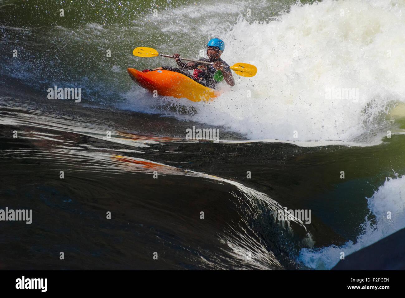 L'eau blanche tourisme kayak au bas de Victoria Falls au Zimbabwe Photo Stock