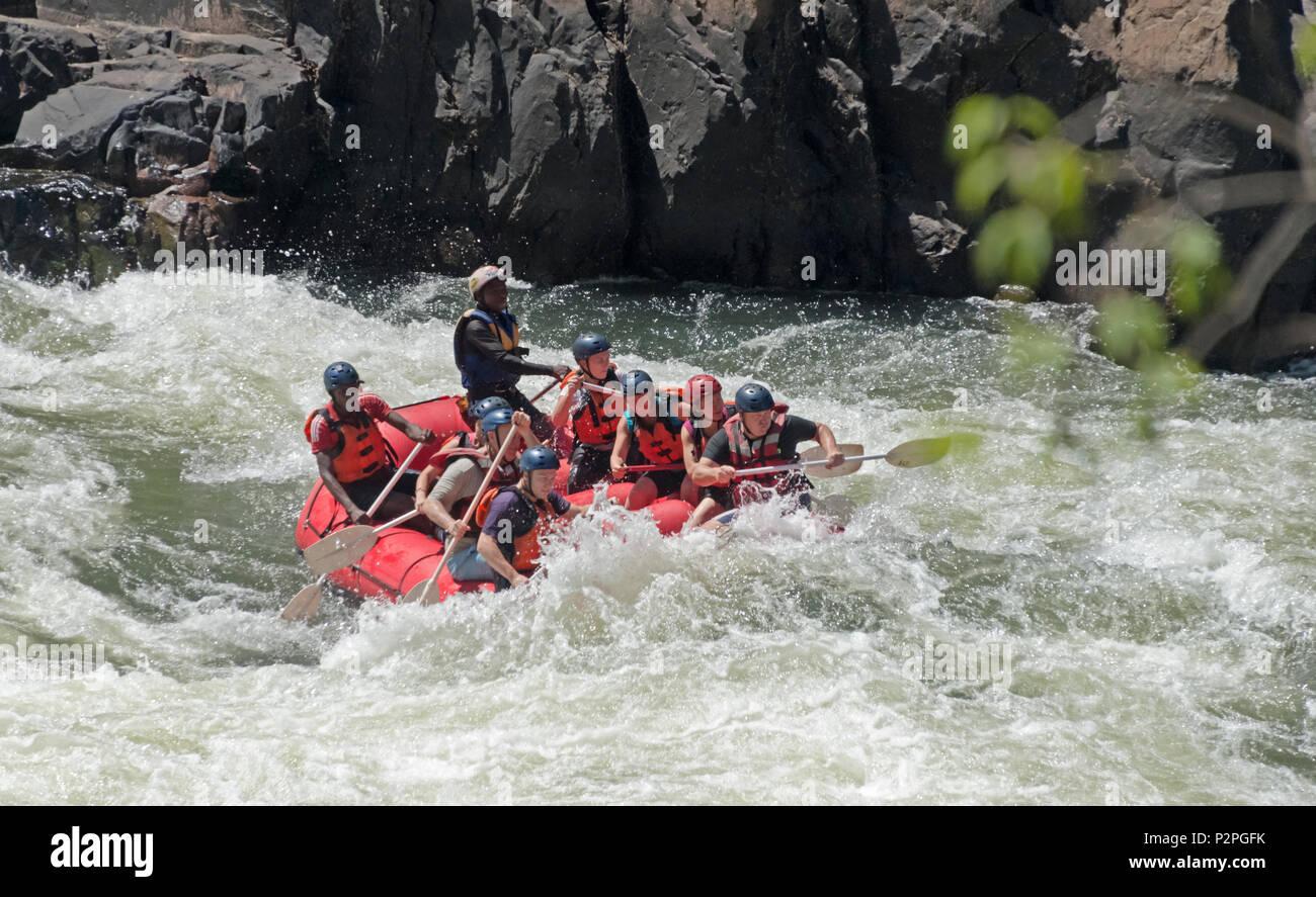 Les touristes le rafting au bas de Victoria Falls au Zimbabwe Photo Stock