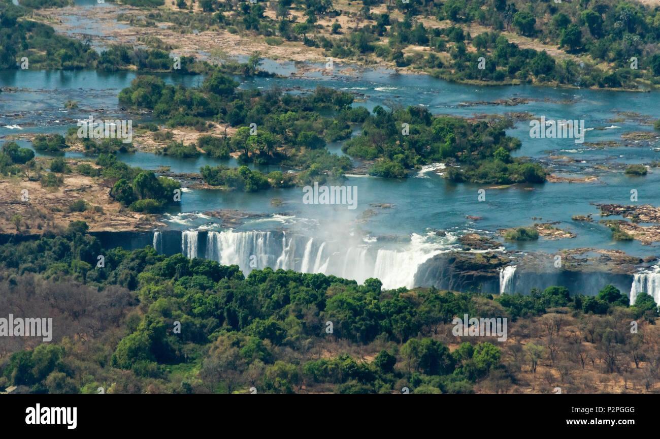 Vue aérienne du fleuve Zambèze déverse dans Victoria Falls, Zimbabwe Photo Stock