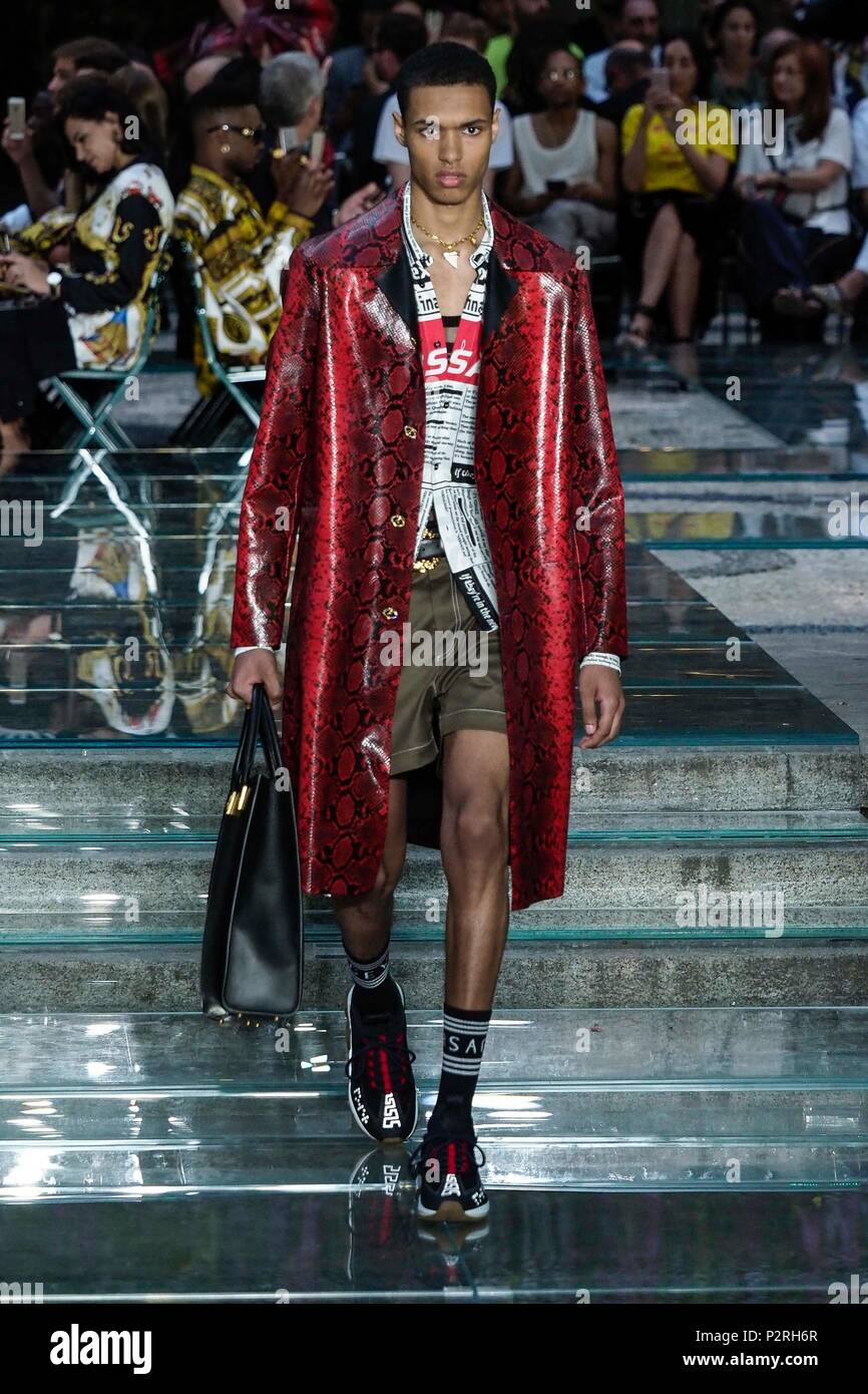 Versace Fashion Show Photos   Versace Fashion Show Images - Alamy d6bd8ad7662