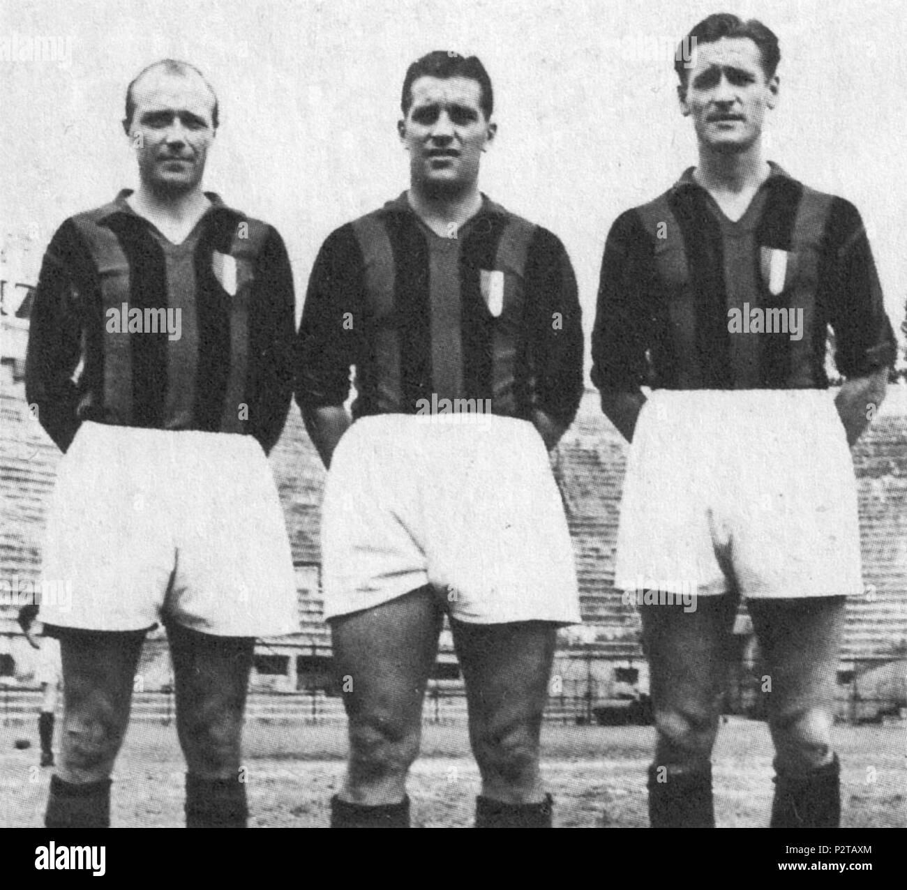 . Italiano: I calciatori svedesi Gunnar Gren (a sinistra), Gunnar Nordahl (al centro) e Nils Liedholm (a destra), ovvero il trio 'Gre-No-li' del Milan, en posa con lo scudetto sulle maglie dopo la vittoria rossonera Campionato Italiano di nel Serie A 1950-1951. aux environs de 1951. Inconnu 3 AC Milan - Gre-No-Li (circa 1951) Photo Stock