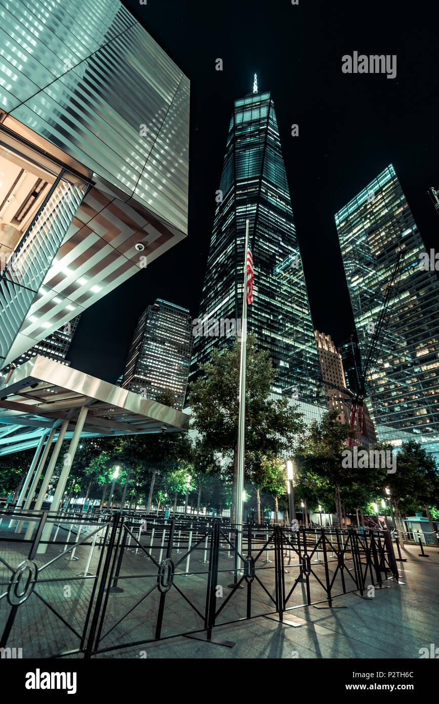 Lower Manhattan/Financial District la nuit; 9/11 memorial park et tour de la Liberté Banque D'Images