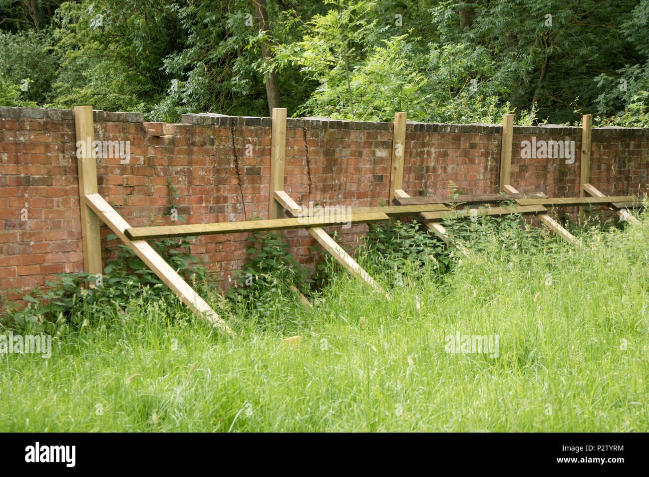 Un Mur De Jardin En Danger D Effondrement Renforce Avec Des