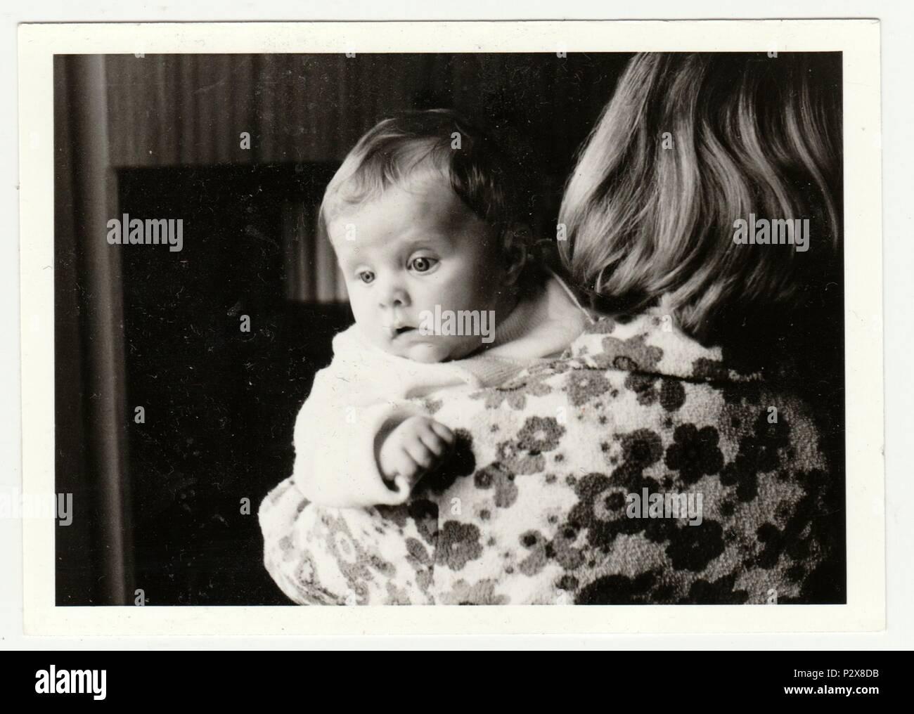 La République socialiste tchécoslovaque - circa 1980   Vintage photo montre  mère berceaux bébé. Retro noir et blanc de la photographie. 3620cd5408c
