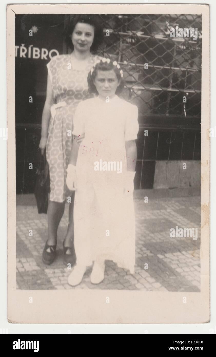 La République socialiste tchécoslovaque - circa 1950: Vintage photo montre la mère et la fille après sa première communion. Retro noir et blanc de la photographie. Banque D'Images