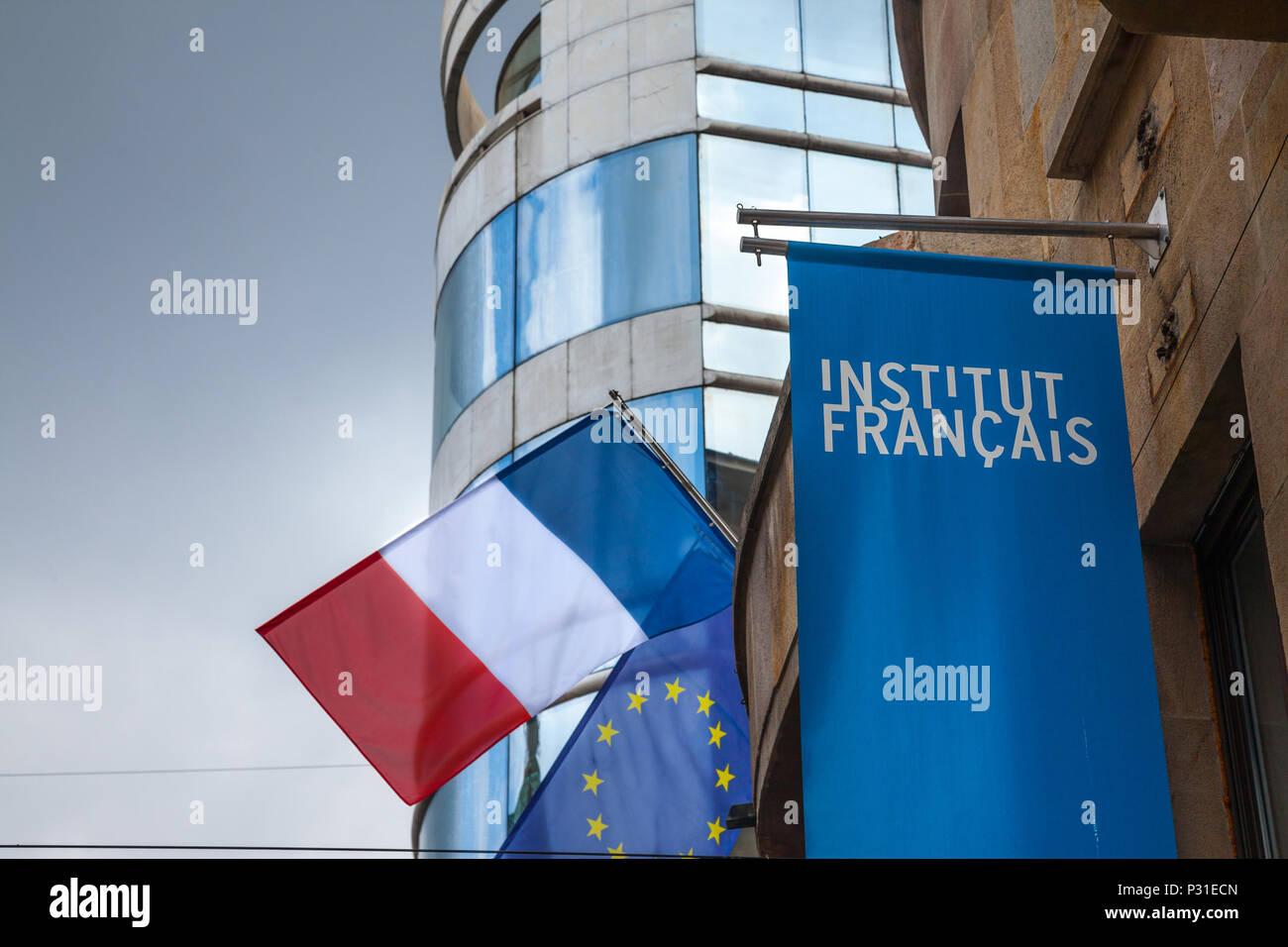 BELGRADE, SERBIE - 14 juin 2018: Le logo de l'Institut français (Institut Francais) avec le drapeau français sur leur siège pour la Serbie. Institut Francais est i Photo Stock
