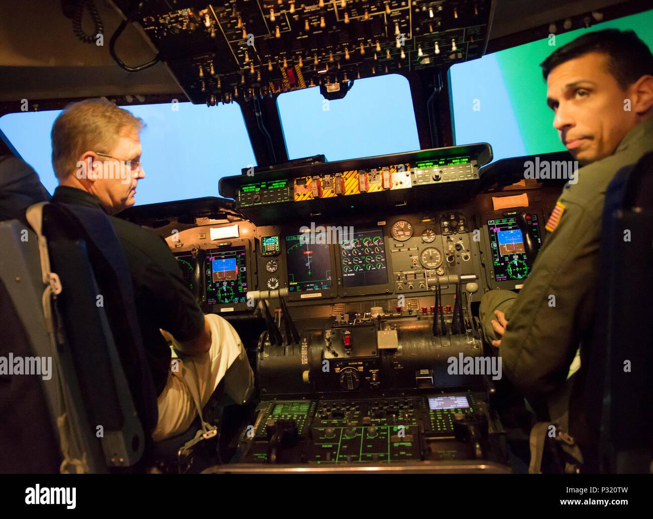 Le Président de la 2017 Défilé de Roses de tournoi, M. Brad Ratliff et le capitaine Alejandro Reyes, de la direction, 60e Escadron de soutien de se préparer à décoller dans un simulateur de vol C-5M, TRAVIS AFB, Californie,. Aug 12, 2016. Autre que le vol standard acclamation, la C-5 M flight Simulator est utilisé pour former les membres de l'équipage dans des situations qui ne sont pas normalement présents dans l'avion. M. Ratliff était en tournée la base pour en savoir plus sur la mission de Travis. (U.S. Air Force Photo de Heide Table) Photo Stock