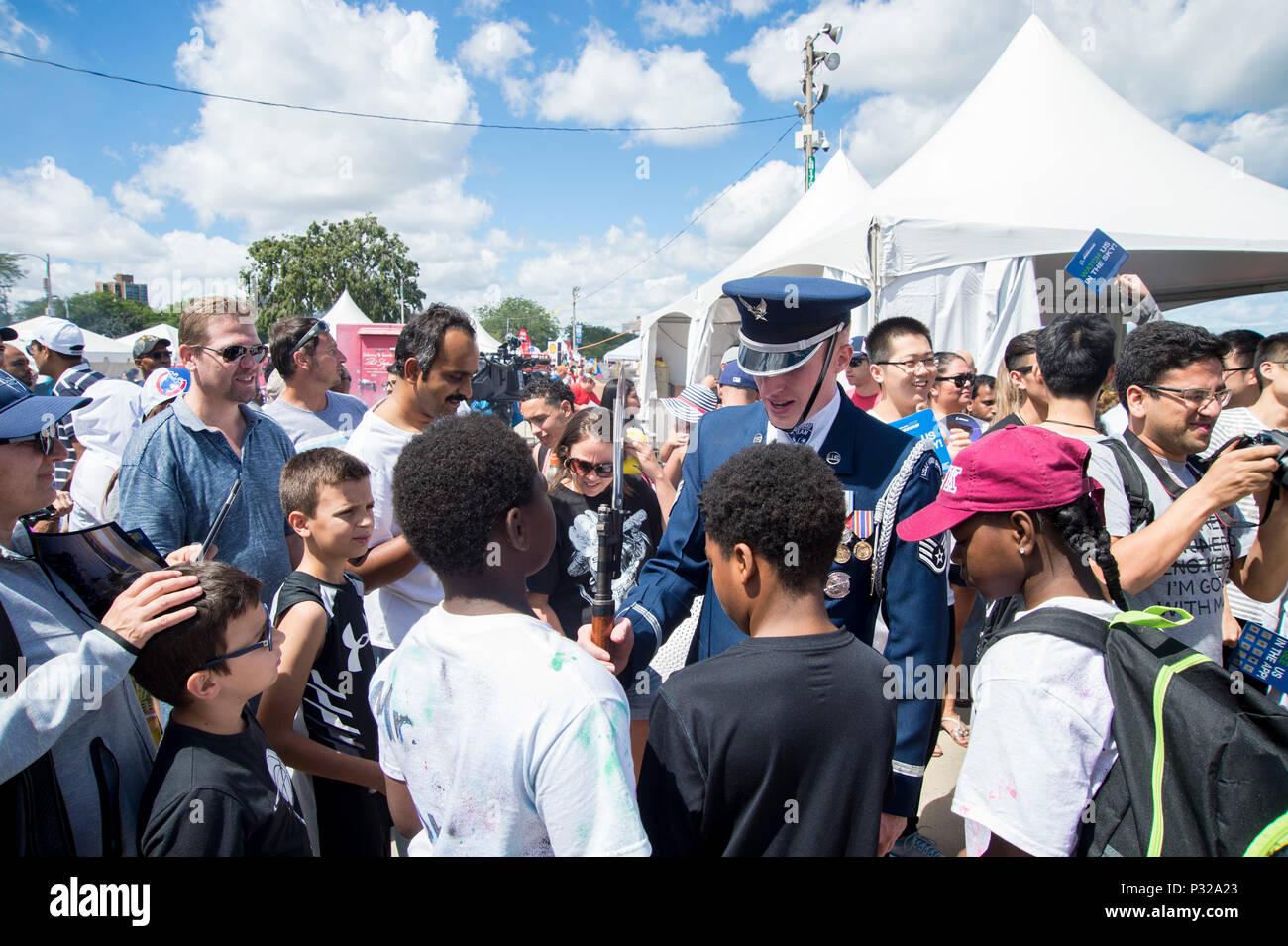 Le s.. Alexander Wilson, Garde d'honneur de l'US Air Force, membre de l'équipe de forage montre son M1-Garand carabine à la foule après une performance de quatre hommes au cours de la 58e assemblée annuelle de l'air et l'eau de Chicago Montrer sur la rive du lac Michigan à Chicago le 21 août 2016. Les vedettes étaient les Thunderbirds de l'USAF, l'armée américaine et les chevaliers d'or de la Marine américaine Leap de grenouilles. (U.S. Photo de l'Armée de l'air par la Haute Airman Ryan J. Sonnier) Banque D'Images