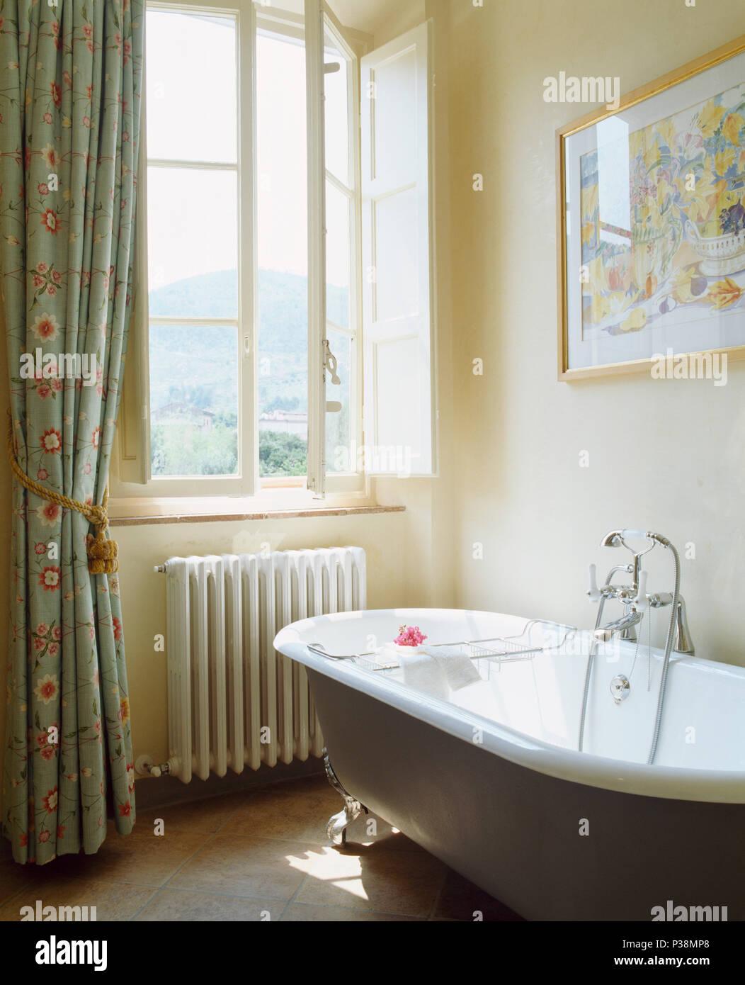 Une baignoire dans la salle de bains privative avec toscan ...