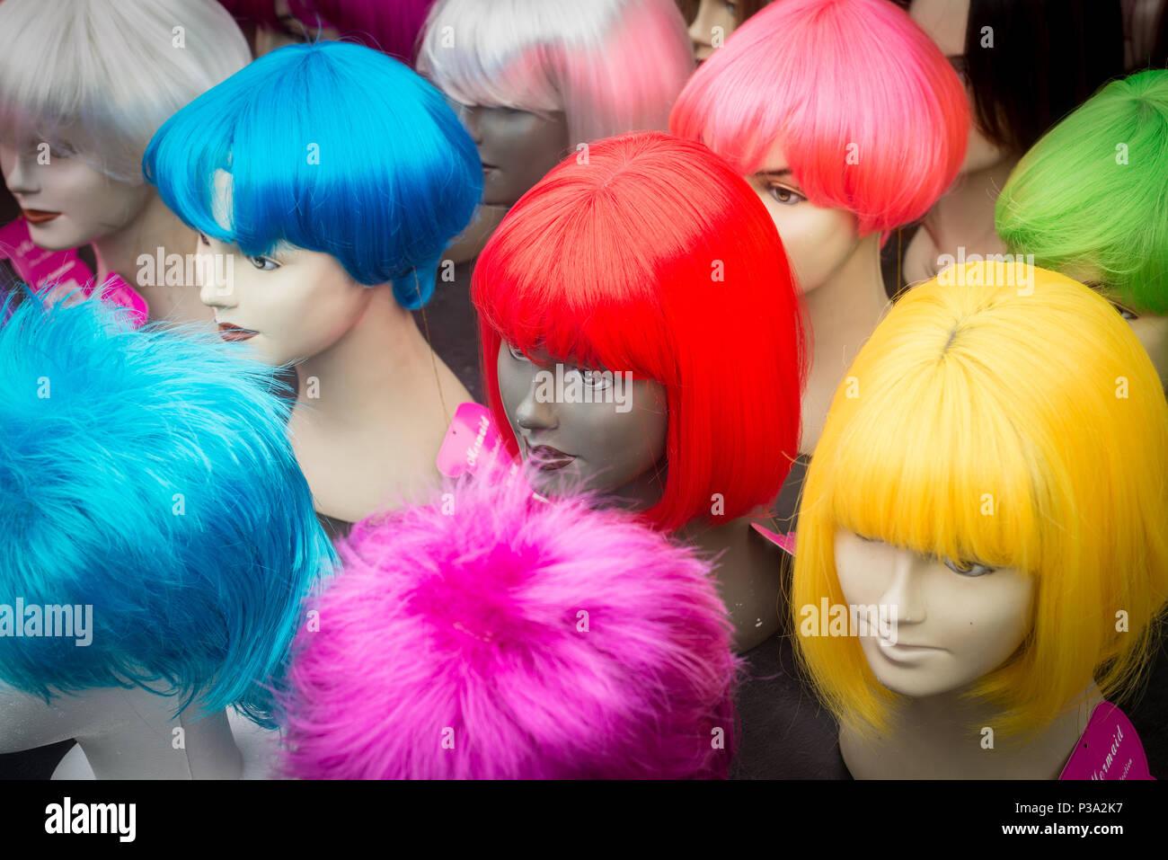 Amsterdam, Pays-Bas, perruques colorées sur l'Albert Cuypmarkt Photo Stock